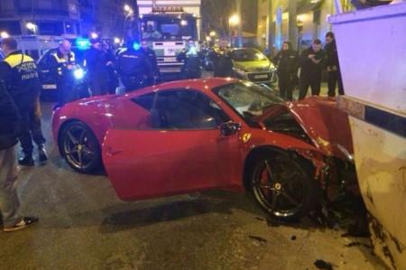 Un Ferrari 458 Italia, accidentado y abandonado posteriormente en el centro de Madrid