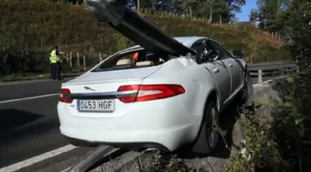 El guardarraíl atraviesa un Jaguar XF en Vizcaya