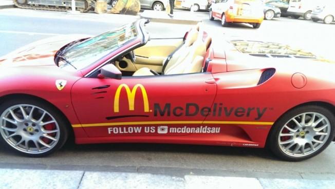 McDonalds a domicilio: ¿Y si te traen las hamburguesas en un Ferrari F430 Spider?