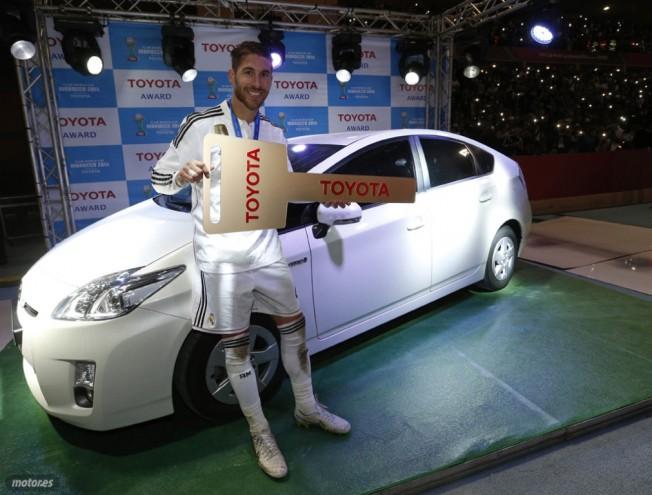 Sergio Ramos recibe un Toyota Prius por ser el mejor jugador del Mundial de Clubes