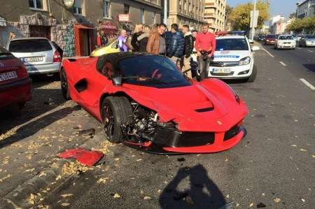 Así queda un Ferrari LaFerrari tras chocar contra tres vehículos aparcados