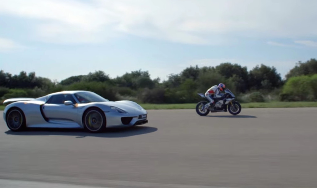 porsche 918 spyder vs yamaha yzf r1 duelo coche moto en circuito. Black Bedroom Furniture Sets. Home Design Ideas