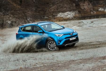 Rusia - Diciembre 2015: El Toyota RAV4 escala en el Top 10