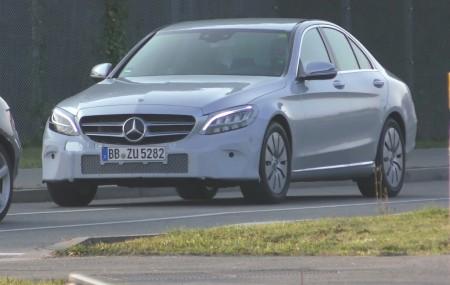 El Mercedes Clase C deja al descubierto sus nuevas ópticas LED Multibeam