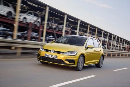 Holanda - Septiembre 2017: El Volkswagen Golf echa a un lado a los utilitarios